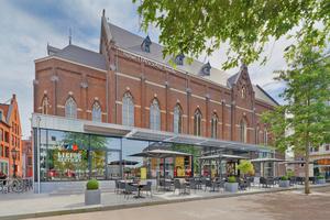 """In der 1903 in Breda für das bereits aus drei historischen Häusern bestehende Kloster erbauten Kirche befinden sich heute der Veranstaltungs- und Frühstücksraum des Hotels Nassau, im Glasbau davor das Restaurant """"Liefdegesticht"""""""