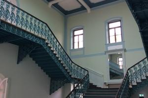 Mit Freilegung und Ergänzung der historischen Gusseisenkonstruktionen wurde die Wiederherstellung des ursprünglichen Raumeindrucks des Treppenhauses im Luitpoldbad erreicht<br />