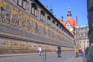 """Seit Februar 2017 wird in Dresden der um 1586 errichtete und Ende des Zweiten Weltkriegs zerstörte """"Lange Gang"""" des Stallhofs wieder aufgebaut"""