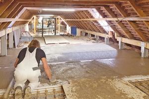 Im Dachgeschoss transportierten die Handwerker den Leichtbeton mit Schubkarren an Ort und Stelle, verteilten und zogen ihn ab
