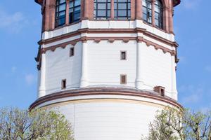 Für die Düsseldorfer ist der Schlossturm ein besonderes Bauwerk, weil er einziger Überrest des einstigen Residenzschlosses ist. Er beherbergt heute das Schifffahrtsmuseum der Stadt und im obersten Stockwerk ein Café mit tollem Ausblick