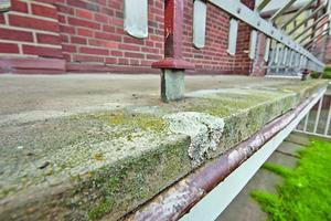 Balkone, Loggien, Laubengänge und Terrassen sind permanent der Witterung ausgesetzt. Als Folge können Feuchtigkeitsschäden oder Risse an der Bausubstanz entstehen