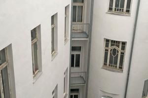 Oben links: Langlebig abgedichtet, optisch aufgefrischt und robust gegen mechanische sowie witterungsbedingte Einflüsse – so präsentieren sich die Balkone des Wiener Gründerzeit-Hauses nach der Sanierung mit Triflex Flüssigkunststoff