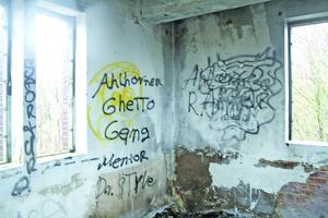 """Rechts: Der Eigentümer wollte das heruntergekommene Gebäude abreißen lassen<span class=""""bildnachweis"""">Fotos: Uwe Meiners</span>"""