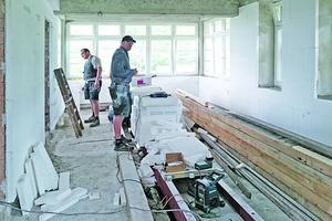 """Nach der Abdichtung des Mauerwerks montierten die Handwerker Calcium-Silikatplatten als Innendämmung<span class=""""bildnachweis"""">Fotos: Remmers</span>"""