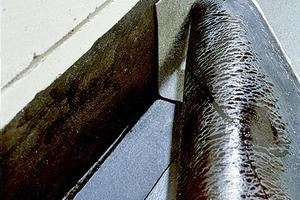 """Wurde die Mauerwerkssperre nicht mit Überstand verlegt, kann man sie durch Auftrag einer Bitumenmasse auf dem Boden """"verlängern"""". Noch sicherer ist die Ausführung mit hochgezogener Fußbodenabdichtung"""