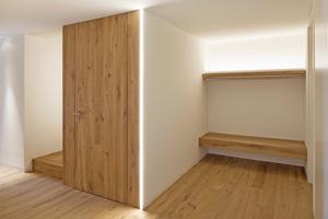 Rechts: Die Eichenholzflächen stehen im Kontrast zu den weißen, mit Rigips-Platten beplankten, Wand- und Deckenflächen