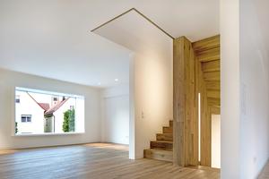 Die hellweißen Oberflächen der Wände sorgen dafür, dass das durch die Fassaden- und Dachfenster eindringende Tageslicht bis tief ins Innere des Gebäudes geleitet wird Fotos (3): Petra Kellner