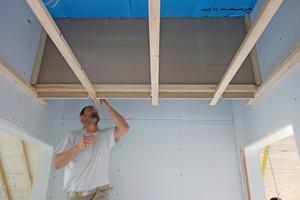 """Schon der Rohbau war von zwei Materialien geprägt: Holz und Gips. Sämtliche Sichtdecken wurden aus """"Rigips Bauplatten RB"""" erstellt und an den Holzdeckenbalken beziehungsweise an einer Traglattung am Satteldach befestigt<span class=""""bildnachweis"""">Fotos (3): Dörrmann Innenausbau</span>"""