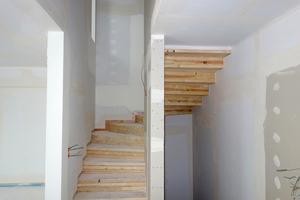 Die Beplankung musste hier exakt an die Massivholzflächen der Treppe angearbeitet werden