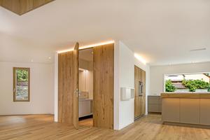 Konturen werden im Haus durch Lichtleis-ten betont, die in Wand- und Deckenaussparun-gen untergebracht sind