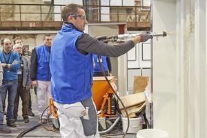 """Praxis pur: Bei den Vorführungen neuer Produkte können die Besucher auf den Werktagen auch selbst Hand anlegen<span class=""""bildnachweis"""">Foto (links): Knauf / Sigi Lustenberger</span><span class=""""bildnachweis"""">Foto (rechts): Thomas Wieckhorst</span>"""