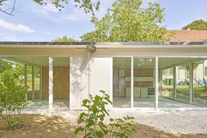 Da das Dach weit über die Schränke auskragt, entstehen durch die Fassade aus bodentiefen, weiß gestrichenen Holzfenstern übereck verglaste Wohnräume