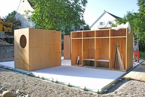 Rechts: Auf die Bodenelemente stellten die Handwerker die in der Schreinerei aus Buchenholz-Mehrschichtplatten vorgefertigten Schränke