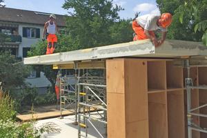 """Da die Schränke statische Funktionen übernehmen, legten die Handwerker die Betondeckenelemente für das Dach per Kran auf diese Tragelemente auf<span class=""""bildnachweis"""">Fotos: Rahbaran Hürzeler Architekten</span>"""