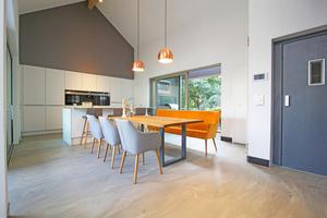 """Einfamilienhaus mit einem Bodenbelag aus """"PCI Periplan Multi"""" eingefärbt mit """"Mixol"""" Abtönkonzentrat Oxyd-Type Brilliant-Schwarz"""