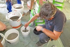 """Die leicht verlaufende Zement-Bodenspachtelmasse """"Periplan Multi"""" lässt sich einfach anmischen und mit dem """"Mixol"""" Abtönkonzentrat Oxyd-Type einfärben<span class=""""bildnachweis"""">Fotos: PCI</span>"""