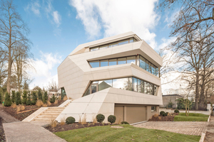 In Berlin-Grunewald entstand nach Plänen des Büros Graf Architekten eine Villa, die in ihrer Form an einen Findling erinnert. Dieser Eindruck wird durch die Platten in Natursteinoptik verstärkt, mit denen der Betonrohbau als vorgehängte hinterlüftete Fassade und Dach bekleidet ist