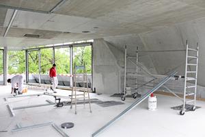 Unten Links: Beginn des Innenausbaus in Trockenbauweise