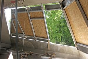 Unten Rechts: Hier sind die Metallprofile für Fensterbänder bereits in den Rohbauöffnungen montiert