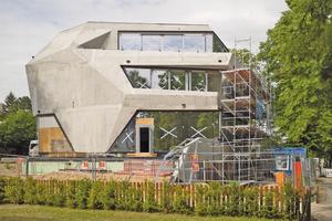 """Betonrohbau mit fertig montierten Fenstern<span class=""""bildnachweis"""">Fotos: Hünnebeck</span>"""