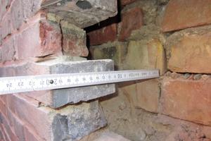 Durchgemauerte Wand, es gibt im Wandquerschnitt eine 2 bis 4cm dicke Luftschicht