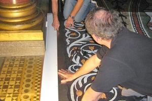 Ablösen des PVC-Fotobodens im Thronsaal