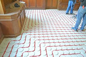 Für die Fußbodenheizung verlegten die Handwerker Heizrohre