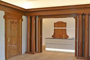 Links: Behutsam wurden beim Umbau die spätklassizistischen Stilelemente restauriert und integriert
