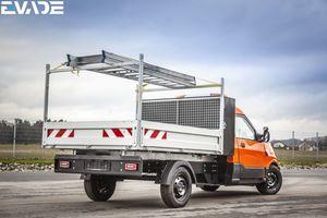 Mit optionalen Aufbauten, höheren Bordwände oder Abdeckplanen lässt sich der StreetScooter flexibel konfigurieren.