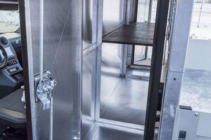 Kleinere Werkzeuge und Ersatzteile lassen sich in den integrierten Schränken optimal verstauen.