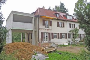 Rechts: Die Rohbau-arbeiten für den Anbau aus Stahlbeton und Kalksandstein sind abgeschlossen