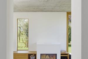 Rechts: Zu den weißen Wänden und einzelnen Akzenten in Sichtbeton kombinierte Innenarchitektin Katrin Holzer helle Eichenmöbel