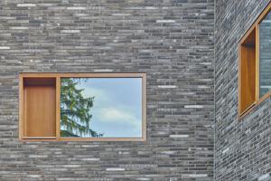 """Holzfenster, die fassadenbündig angebracht sind, und Klinker ergänzen sich in ihrer Anmutung<span class=""""bildnachweis"""">Fotos: Zooey Braun</span>"""