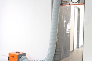 """Arbeiten mit Unterdruck. Das Gerät steht außerhalb des Arbeitsbereichs. Vorteile: Außenluft strömt in den Arbeitsbereich, das Gerät steht nicht im Weg und bleibt sauber<span class=""""bildnachweis"""">Foto: Heylo</span>"""