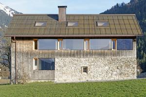 Die neuen Fenster gehören in ihrer Größe und Präzision eindeutig der heutigen Zeit an, bewahren aber die handwerkliche Klarheit des historischen Gebäudes