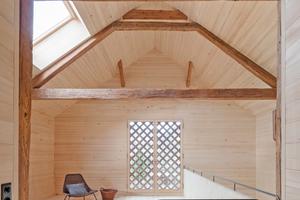 Die alten Lüftungsgitter wurden restauriert und von innen verglast, während das neue Dachfenster einen großzügigen Tageslichteinfall im Obergeschoss sicherstellt
