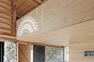 """Das Bruchsteinmauerwerk wurde für den Ofen und die Treppe geöffnet, ansonsten aber erhalten und in die Raumgestaltung einbezogen<span class=""""bildnachweis"""">Fotos: Velux / Adam Mørk</span>"""