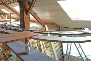 Montage der Dachfenster während der Sanierungs- und Umbauarbeiten im Dachgeschoss
