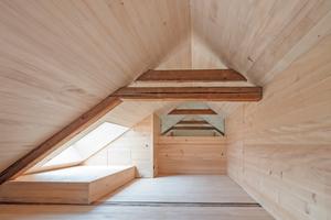 Rechts: Im Spitzboden bieten die Dachfenster Tageslicht und fantastische Ausblicke