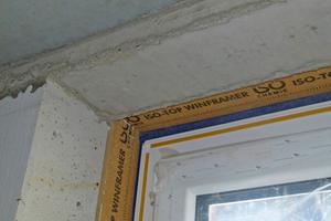 """Rechts: Die Fensteranschlussfugen wurden mit """"Iso-Bloco Multifunktionsband"""" abgedichtet"""