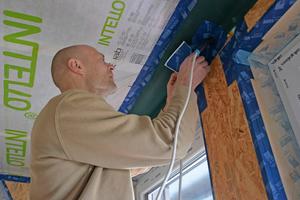 """Die Dampfbremse aus dem Dach wird mit der Holzwerkstoffplatte mit Klebeband verbunden. Das Fensteranschlussband verbindet Fenster und Wandbildner. Leerrohre für Installationen werden mit Manschetten an der Luftdichtebene angeschlossen<span class=""""bildnachweis"""">Fotos: pro clima</span>"""