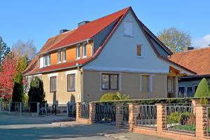 Das neue Dachgeschoss in Holzbauweise auf dem noch zu sanierenden Erdgeschoss. Die hinterlüfteten Konstruktionen der Gaubenwand und des Daches bauen auf das Prinzip zweier Schutzebenen.
