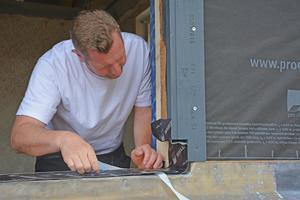 """Die Unterfensterbank mit """"Extoseal Encors"""" wird vor der Fenstermontage aufgeklebt. Hierbei ist auf eine sorgfältige Verarbeitung in den Eckbereichen zu achten. Breite Trennfolie auf der Rückseite lösen und in der Leibung unten und an den Seiten verkleben. Fest anreiben"""