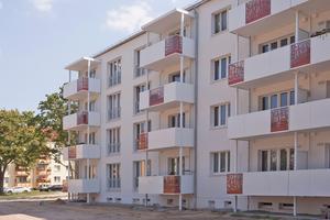 """Diese Wohnblöcke im Friedensweg in Eisenhüttenstadt wurden saniert<span class=""""bildnachweis"""">Fotos: tremco illbruck</span>"""