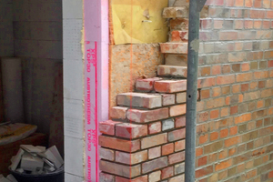 """Wichtig ist für den Anschluss der Kerndämmung aus Mineralwolle an die Holzrahmen der Fenster und Türen die Mauervorlagendämmung aus XPS<span class=""""bildnachweis"""">Fotos: Spooren Architekten</span>"""
