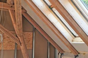 Für den Einbau der Standard-Dachfenster von Velux mussten die Handwerker den Abstand der alten Sparren zueinander nur um wenige Zentimeter verändert