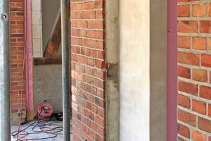 Links: Zwei der im Backsteinmauerwerk vorhandenen Öffnungen für die alten Stalltüren mauerten die Handwerker zur Hälfte zu. Der zurückversetzte Teil wurde verputzt