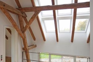 """Je sechs Dachfenster sind auf jeder Satteldachseite zu einem Feld angeordnet, durch das reichlich Tageslicht bis ins Erdgeschoss gelangt<span class=""""bildnachweis"""">Fotos: Spooren Architekten</span>"""