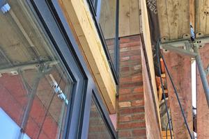 Auch die Pfosten-Riegel-Konstruktion der geschossübergreifenden Verglasung sitzt wie alle Fenster in der Dämmebene
